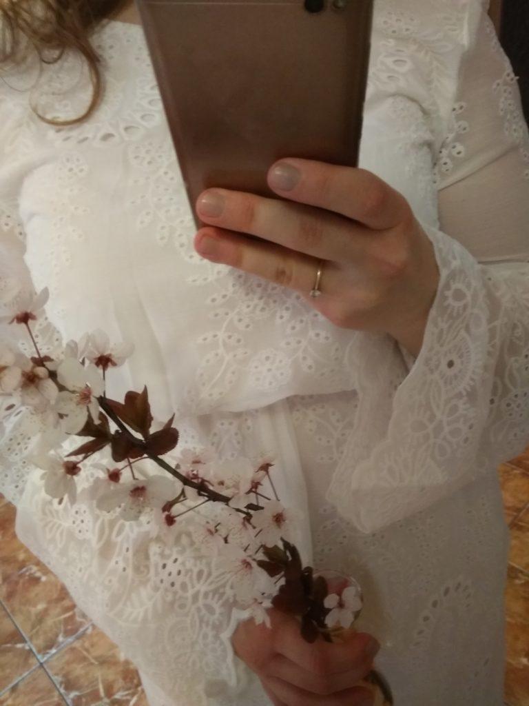 narzeczona w białej sukience