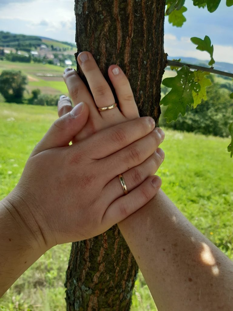 małżeńskie dłonie z obrączkami