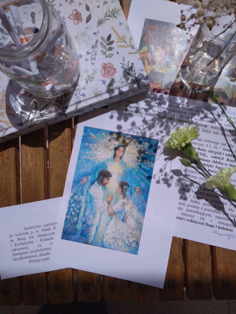 Zdjęcie zawiera wydruk obrazu z Matką Bożą i parą młodą. Ma na celu zobrazować sakrament małżeństwa, który poprzedza spisanie protokołu przedślubnego.