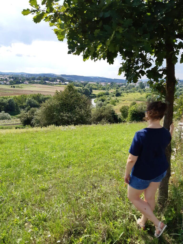 narzeczeństwo, planowanie podróży poślubnej: kobieta zapatrzona na krajobraz